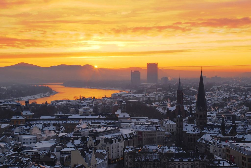 1280px-Zepper-sunrise-over-the-niveous-city-of-bonn
